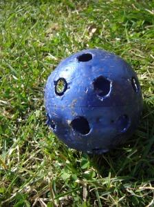 Söndertuggad boll, vet inte hur vissa spelar bandy... 445kb